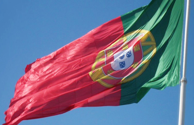 Bandeira de portugal hasteada
